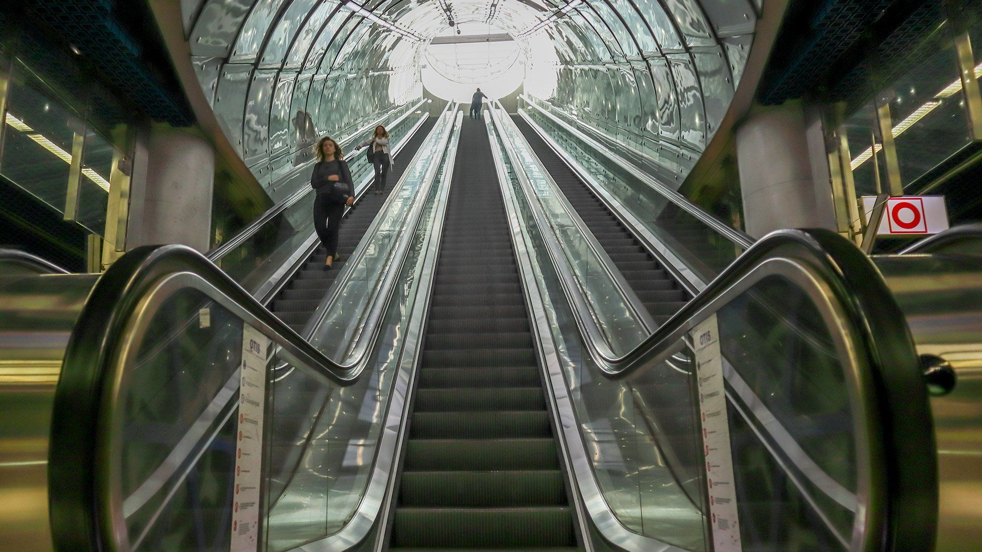 EOS M6 Mark II sample escalator bottom up